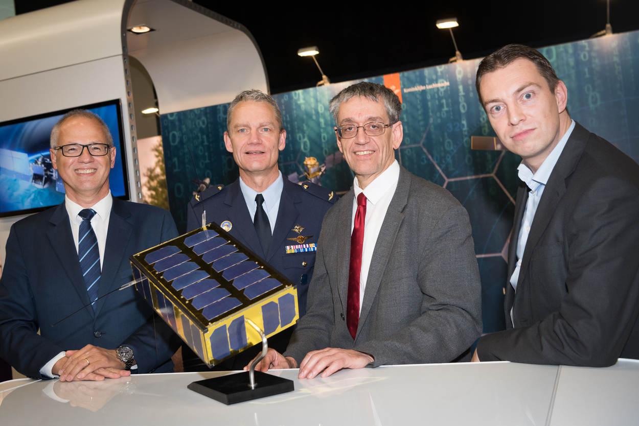 Luitenant-generaal Dennis Luyt Koninklijke Luchtmacht met de Brik II satelliet